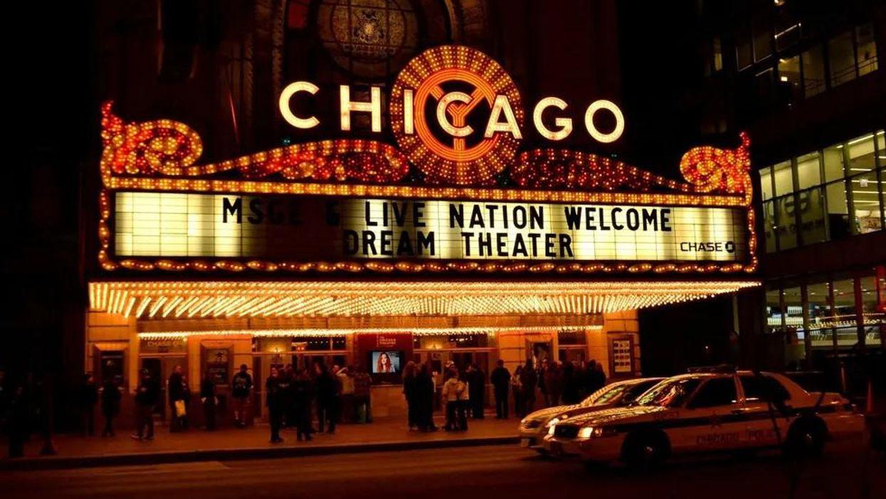 A Chicago Színház bejárata éjszaka
