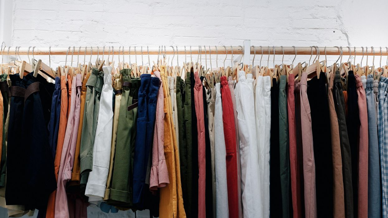 ruhák felakasztva egy ruhainasra