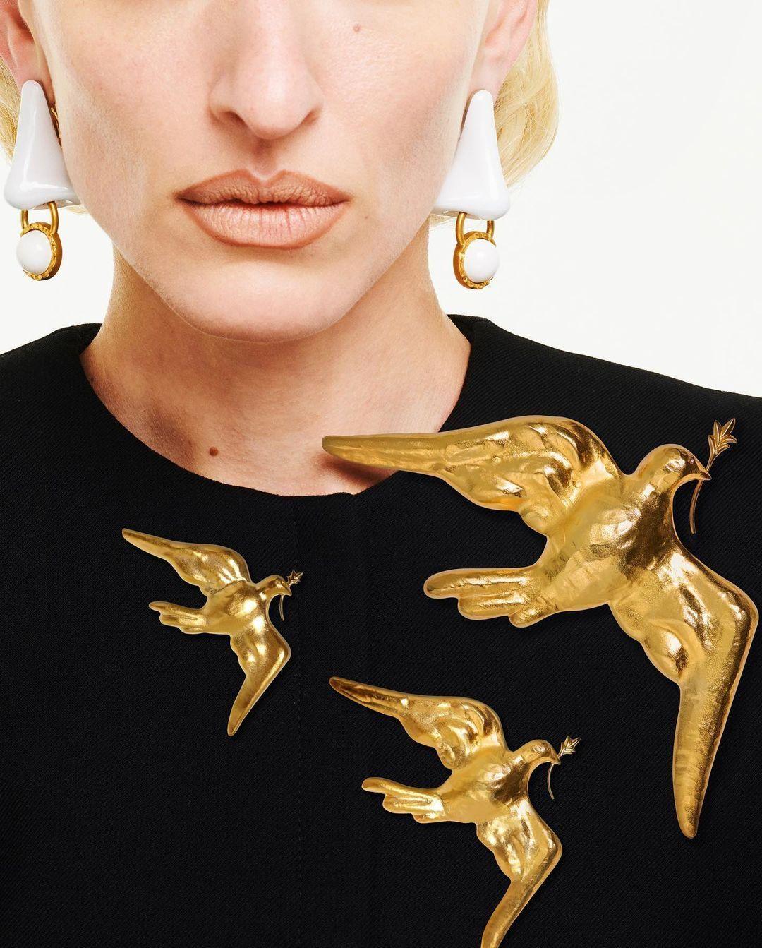 A Schiaparelli Lady Gagának készített, békét szimbolizáló, aranyozott kitűzője három méretben is kapható