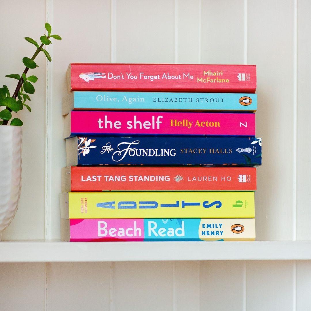 Női szerzők kötetei a könyvespolcon