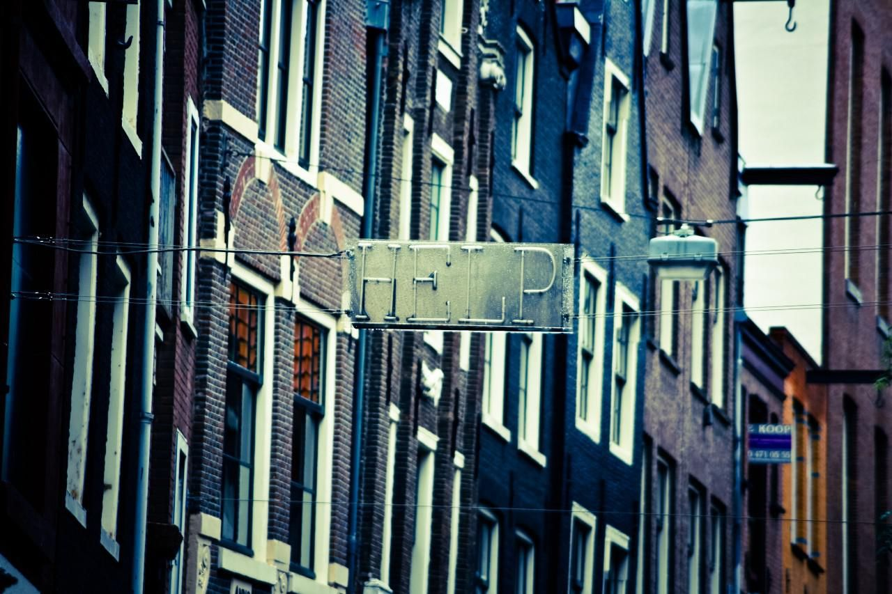 Help felirat Amszterdamban