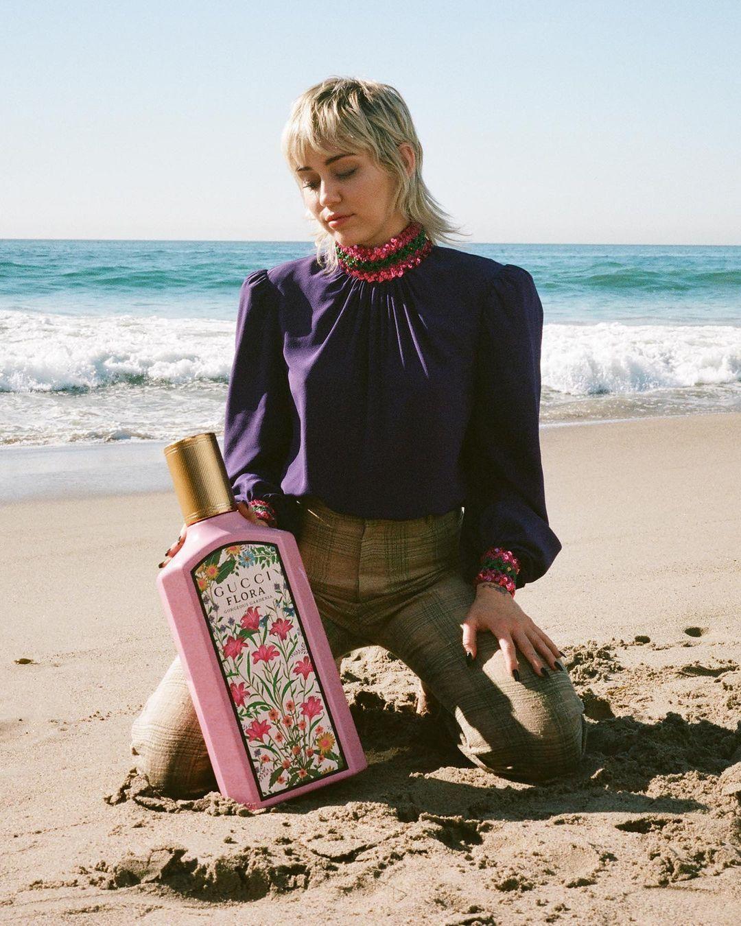 Miley Cyrus a Gucci új, Flora Gorgeous Gardenia nevű parfümjének reklámjában.