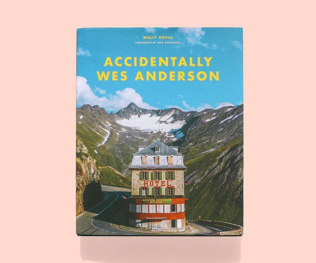 Az Accidentally Wes Anderson című könyv borítója, mely a rendező filmjei látványvilágát idézi meg a könyvben található fotókkal egyetemben