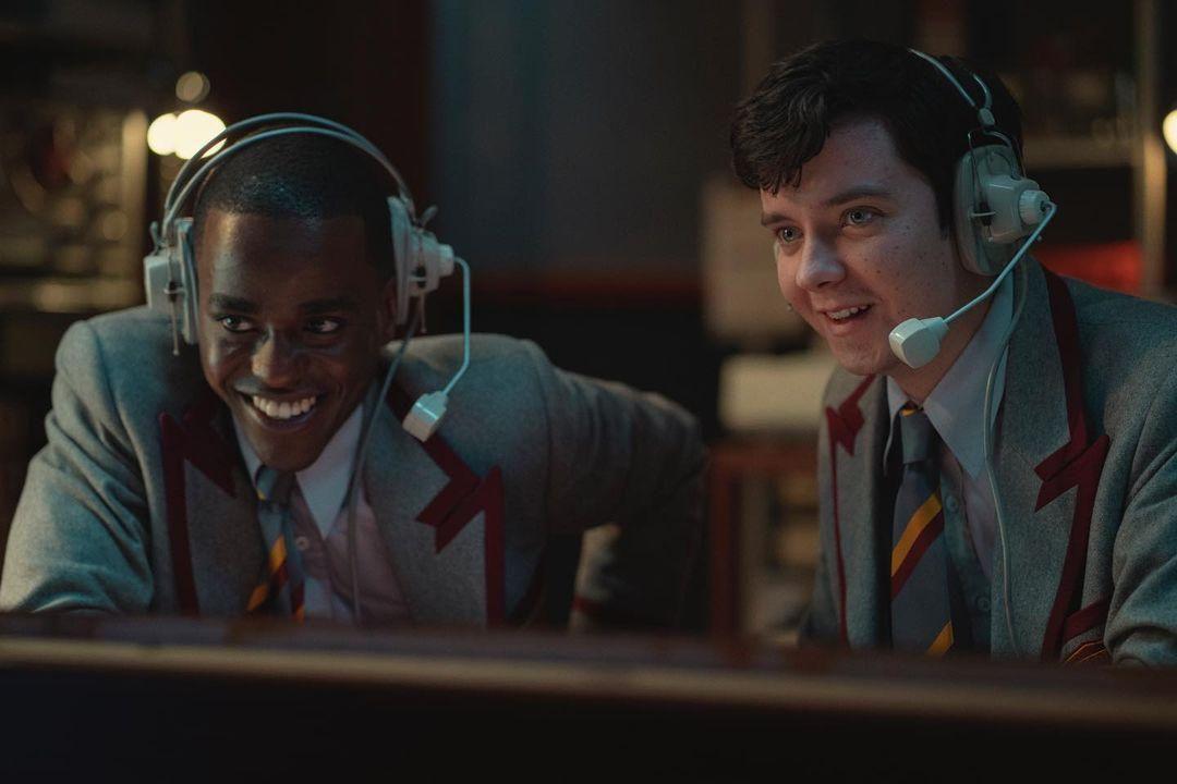 Ncuti Gatwa és Asa Butterfield a Szexoktatás című Netflix-sorozatban