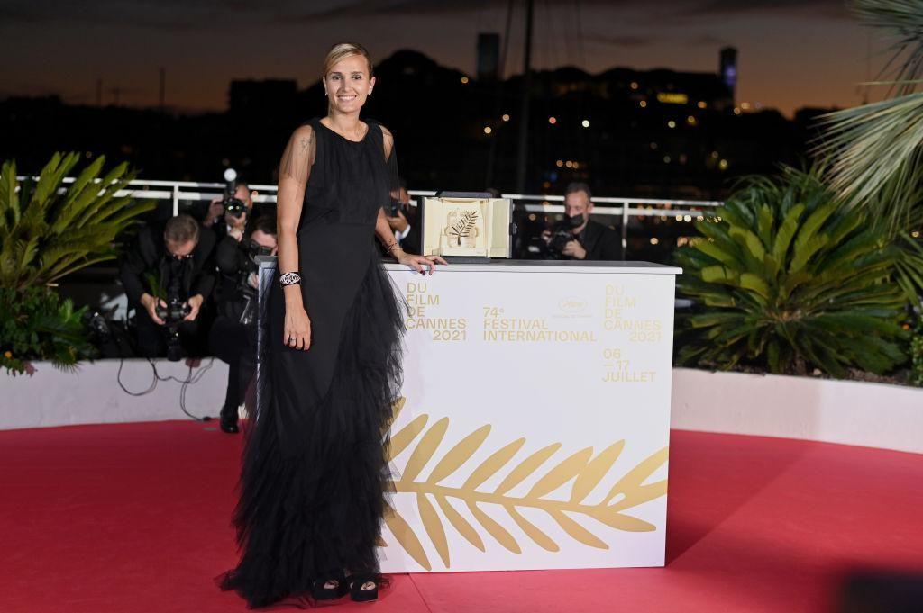 Julia Ducournau, a Titane című film rendezője a Cannes-i Filmfesztiválon 2021-ben, a legjobb filmért járó Arany Pálma-díjjal