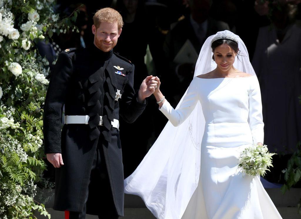 Harry herceg és Meghan Markle 2018. május 19-én, az angliai Windsor-kastélyban található Szent György-kápolnában tartott esküvőjük után távoznak.