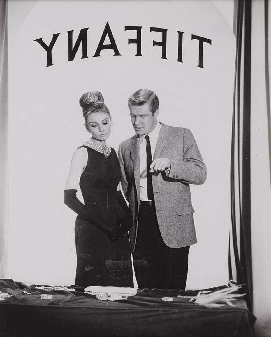 Audrey Hepburn és George Peppard az Álom luxuskivitel című filmben a Tiffany ékszerbolt kirakatát nézegetik