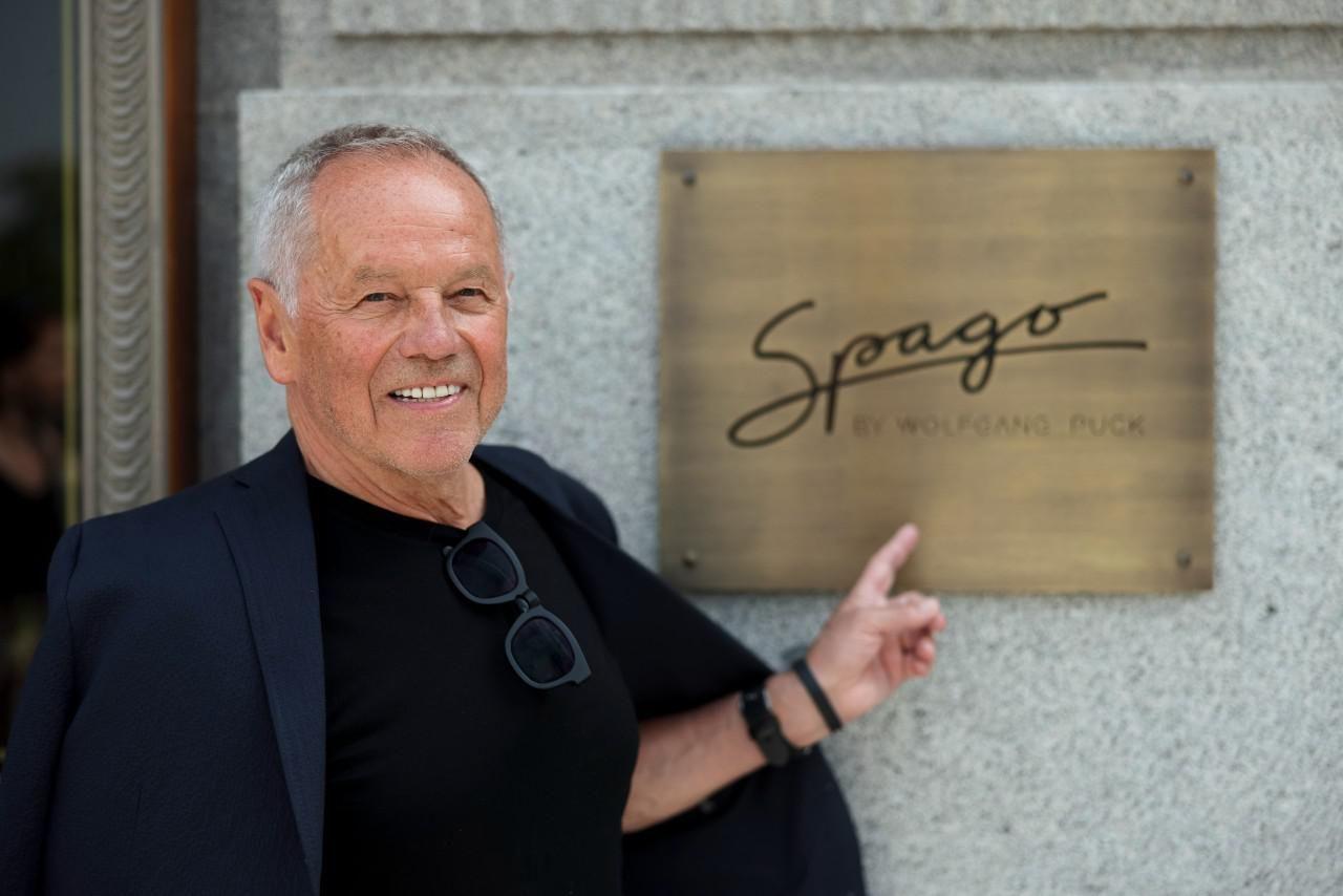 Wolfgang Puck a budapesti Spago étterem előtt