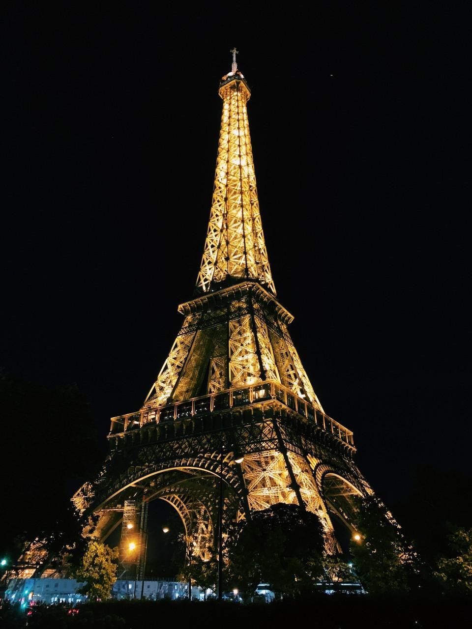 A párizsi Eiffel-torony éjszaka, kivilágítva