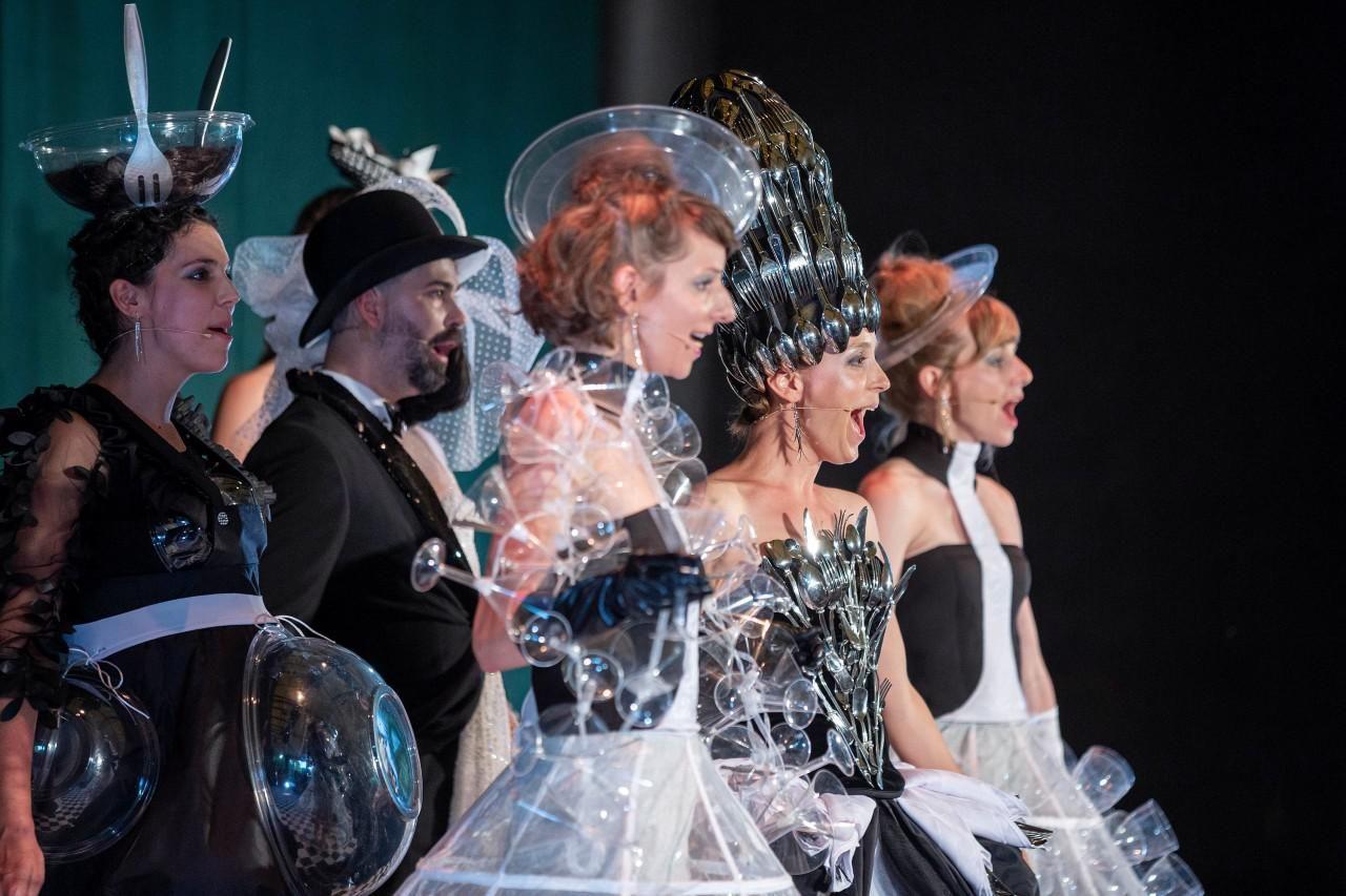 Jelenetfotó a Soharóza és a Catwalk Concert Productions Dalok a kamrából című darabjából