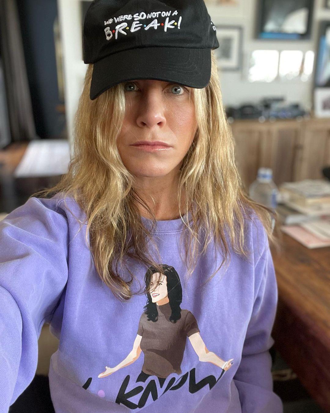 Jennifer Aniston a limitált kiadású Jóbarátok-ruhakollekció darabjaiban