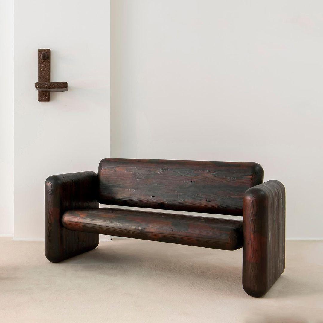 Max lamb brit bútortervező Glulam nevű új kollekciójának egy darabja a londoni FUMI galériában.