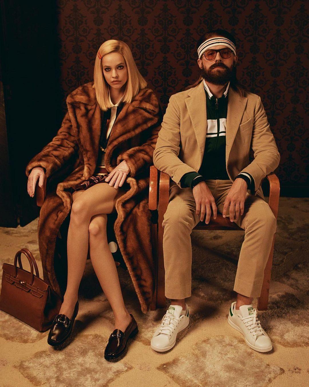 Palvin Barbara és Dylan Sprouse a Tenenbaum, a házi átok című Wes Anderson-film szereplői bőrébe bújva a Vanity Fair videójában.