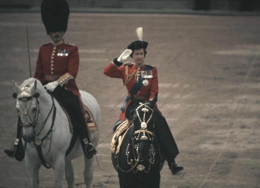 II. Erzsébet királynő Burmese nevű kedvenc lován a brit zászlós díszszemlén Londonban, 1971. június 12 -én.