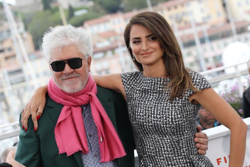 Pedro Almodóvár és Penelope Cruz a Fájdalom és dicsőség című film sajtófotózásán a Cannes -i Filmfesztiválon 2019. május 18 -án