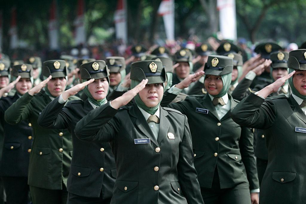 Az indonéz hadsereg nőtagjai felvonulnak az indonéz katonaság 70. évfordulójának ünnepségén 2015. október 5 -én Banda Acehben, Indonéziában.