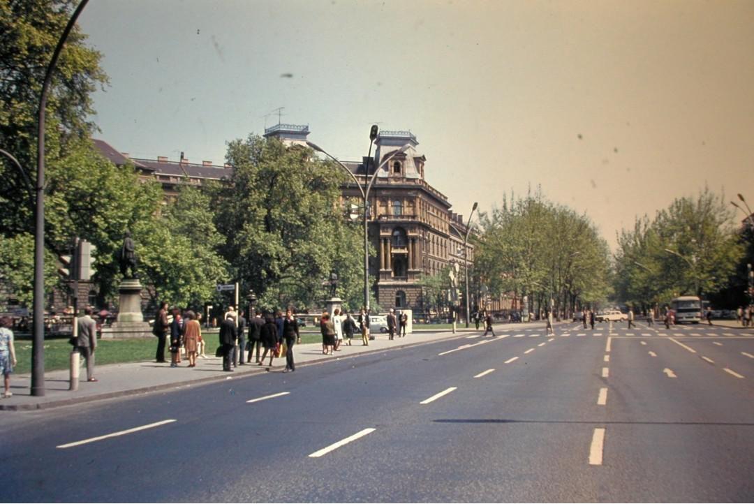 Andrássy út (Népköztársaság útja) a Kodály köröndnél a Hősök tere felé nézve, 1979-ben.