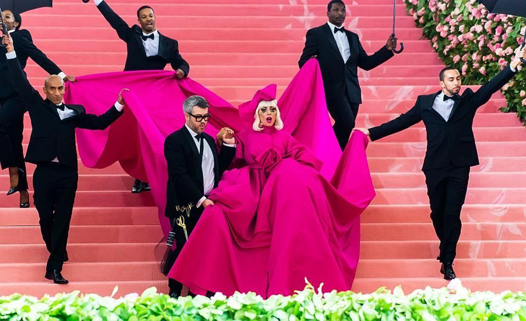 Brandon Maxwell divattervező és Lada Gaga a 2019-es Met-gálán.