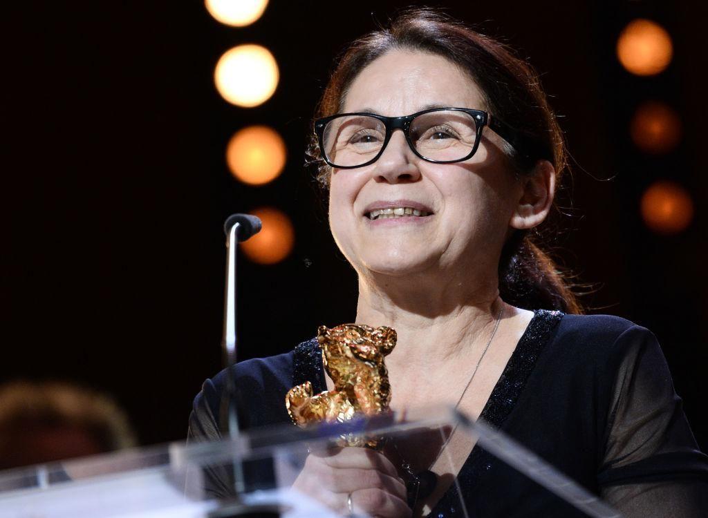 Enyedi Ildikó átveszi a Berlinale legjobb filmjének járó Arany Medvét, melyet Testről és lélekről című filmjével nyert 2017-ben