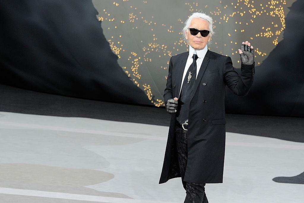 Karl Lagerfeld a Chanel 2013/14-es őszi-téli kollekciójának bemutatóján a párizsi divathéten, 2013. március 5-én.
