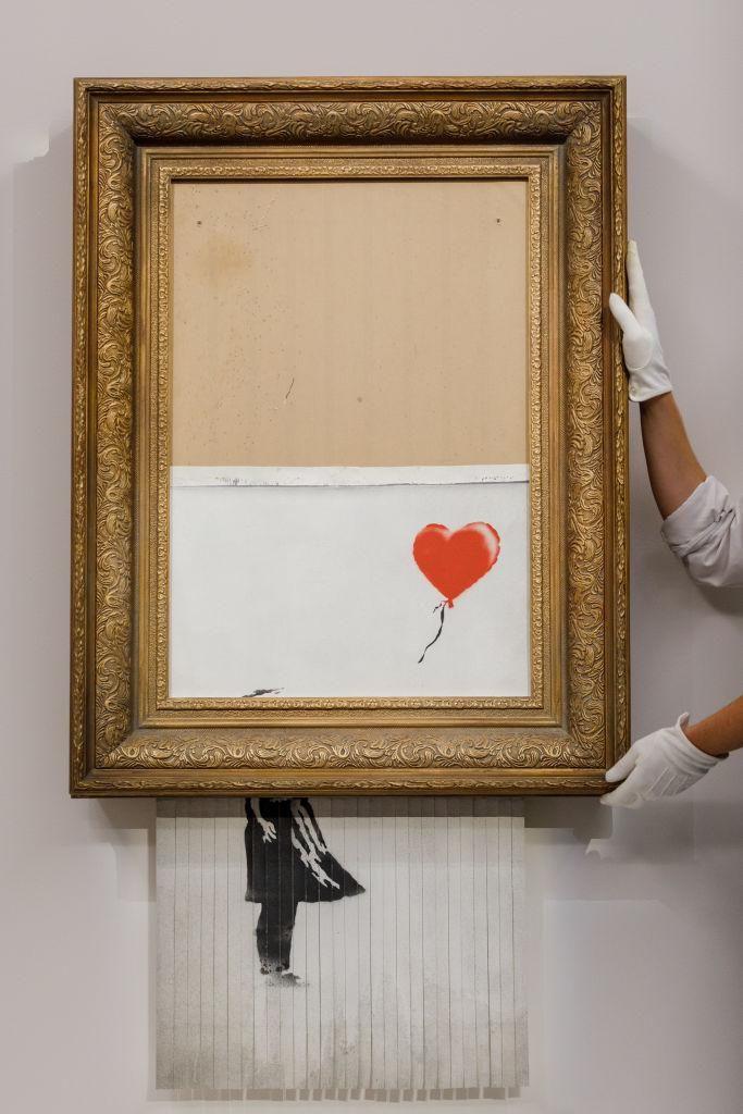 Banksy Love is In the Bin című alkotását elhelyezik a londoni Sotheby's aukciósházban 2021. szeptember 3 -án.