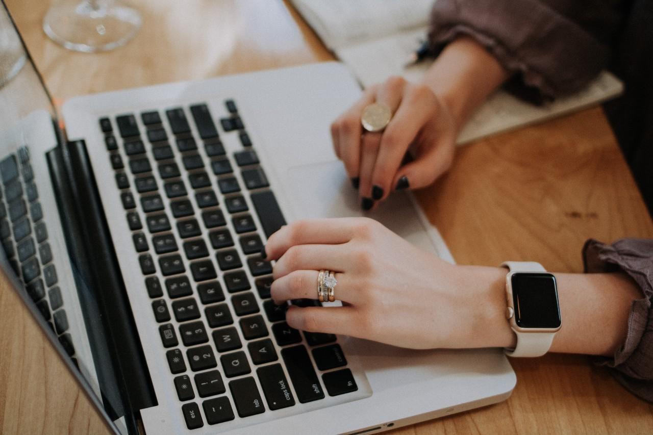 Számítógépező női kéz