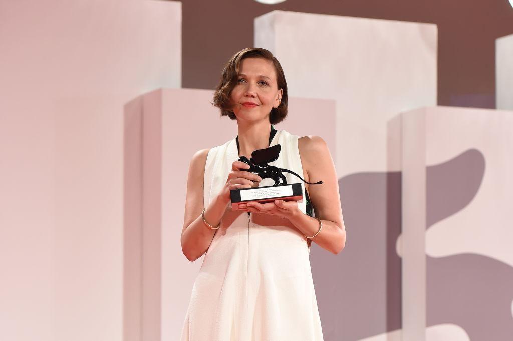 Maggie Gyllenhaal megkapja a legjobb forgatókönyvért járó díjat The Lost Daughter című filmjéért a 78. Velencei Nemzetközi Filmfesztivál a záróünnepségen 2021. szeptember 11-én.