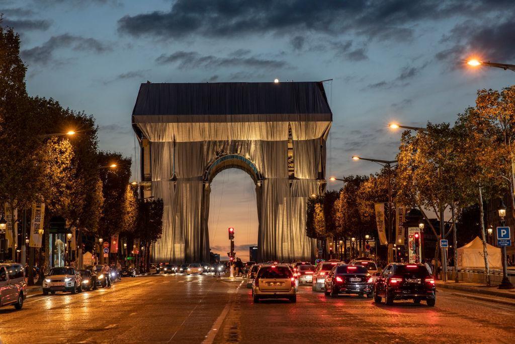 2021. szeptember 12-én megkezdték a párizsi Diadalív becsomagolását a bolgár művész, Christo és felesége, Jeanne-Claude tervei alapján.