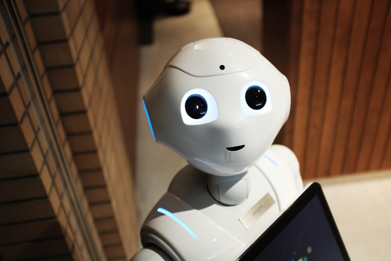 Fehér, emberszerű robot