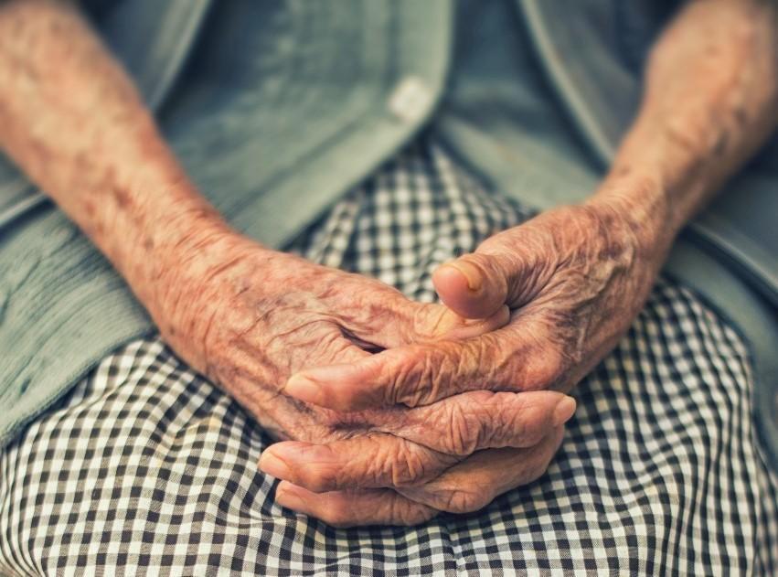Idős női kéz