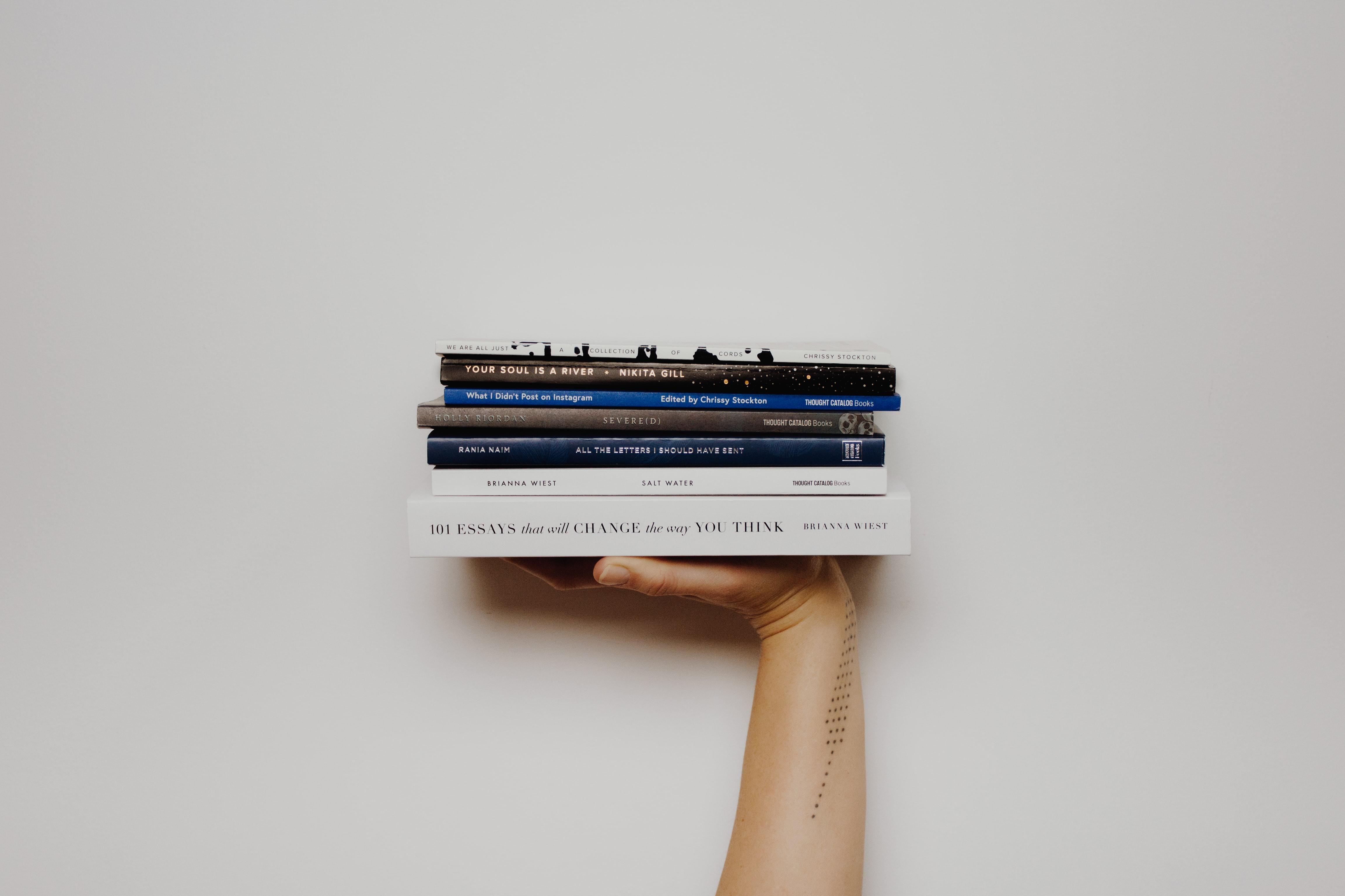 Női kéz könyveket tart, illusztráció
