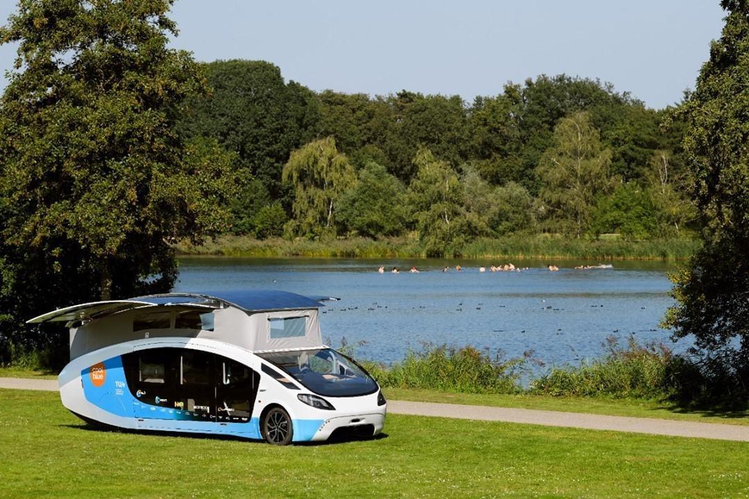 Stílusos és környezetkímélő a világ első napelemes lakókocsija