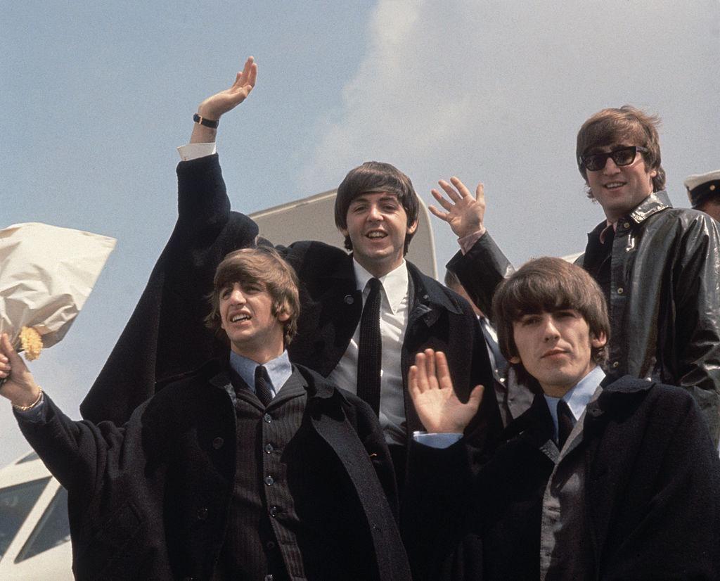 Ringo Starr, Paul McCartney, George Harrison és John Lennon Londonba érkeznek ausztráliai turnéjuk után 1964 július 2-án.