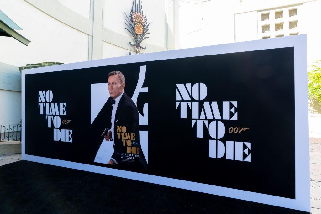A Nincs idő meghalni című James Bond-film plakátja a TCL Kínai Színház oldalán Los Angelesben