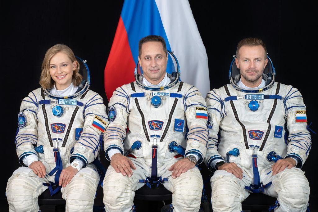 Julia Pereszild, Anton Skaplerov és Klim Sipenko fotózása, mielőtt a Szojuz MS-19 űrhajót a kazahsztáni Bajkonuri űr repülőtérről a Nemzetközi Űrállomásra elindítanák